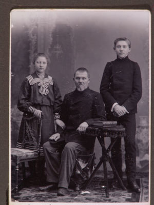 Н. Голованов с отцом и сестрой.
