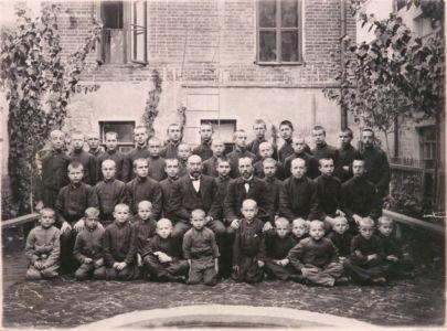 Учащиеся Синодального училища. Н. Голованов в первом ряду пятый слева. 1 класс